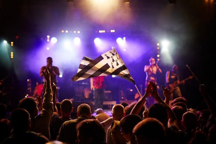 Public tenant un drapeau breton à bout de bras lors d'un concert