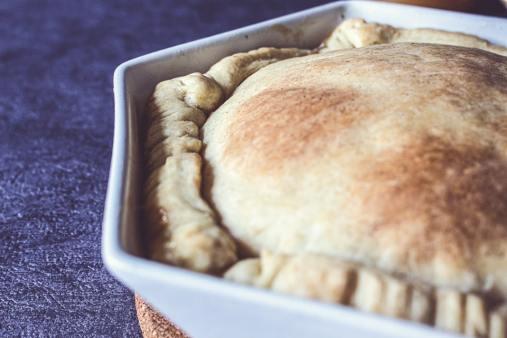 Tarte tatin cuite, encore dans son plat.
