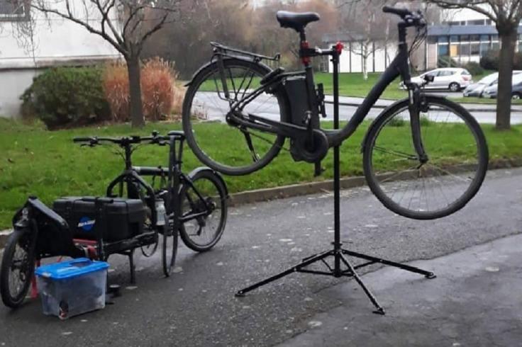 Matériels d'un réparateur de vélos ambulant à Rennes