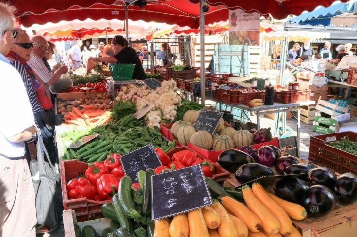 Toute sorte de légumes sont disposés sur un stand dans un marché