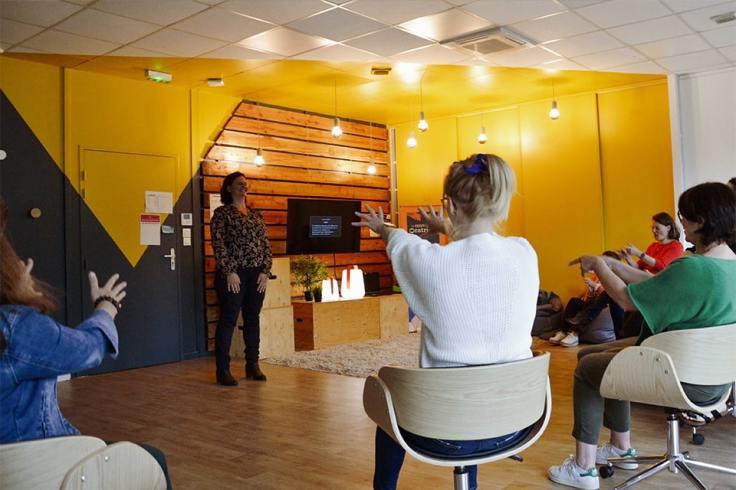 Femmes assises et une debout lors d'une formation Les Nouvelles Oratrices
