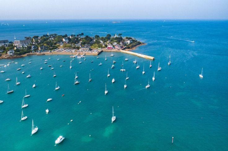 L'île d'Arz vue de haut avec des bateaux qui arrivent sur le port