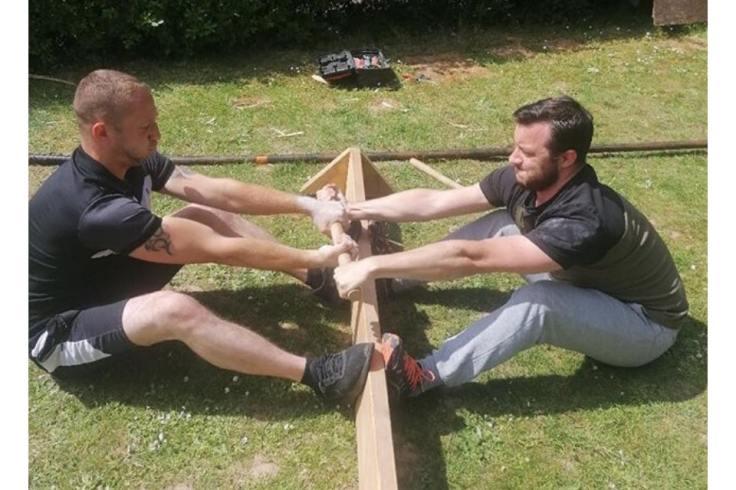 Deux hommes jouent au Bzh Yod le jeu breton vintage.