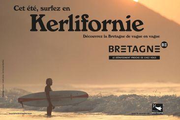 Surfeur sur la plage lors d'un coucher de soleil en Bretagne
