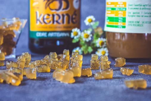 Bonbons de gélatine au cidre avec une bouteille en fond