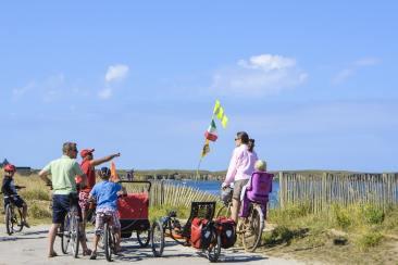 Une famille qui fait du vélo