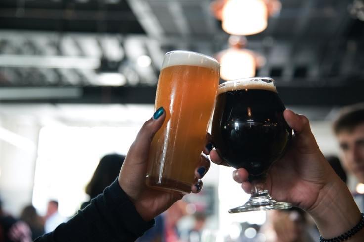 Deux verres de bières qui trinquent