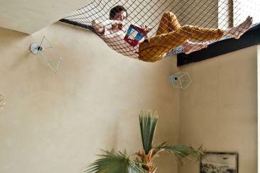 Un homme qui lit, installé dans un filet