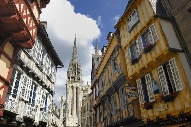 Vue sur une rue et la cathédrale de Quimper