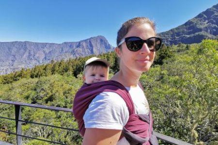 Porter bébé en écharpe dans le dos de sa maman pour aller explorer le cirque de Cilaos à la Réunion