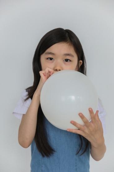 Gonfler un ballon de baudruche et ainsi stimule le langage du bébé de deux an et plus.