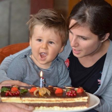 souffler sur une bougie peut stimuler le langage de l'enfant de deux ans.