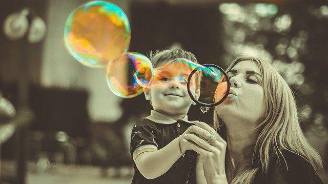 Faire des bulles peut stimuler le langage du bébé de 2 ans ou plus.