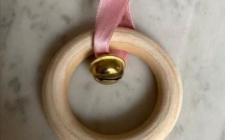 l'anneau à grelot: un mobile musical en bois pour les bébés.