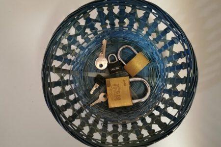 L'exercice de vie pratique ouvrir et fermer un cadenas issue de la pédagogie de Maria Montessori.