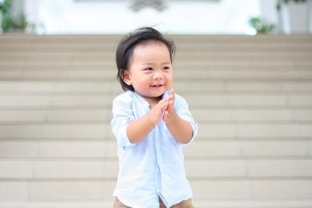 un enfant fait des percussions corporelles et des exercices de battements de mains.