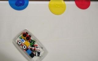 utiliser des petites voitures pour enfant pour faire un atelier peinture.