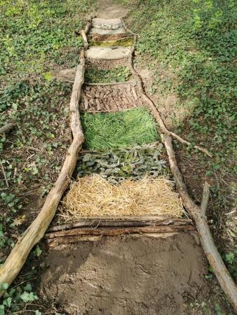 Les étapes de fabrication du parcours pieds nus.