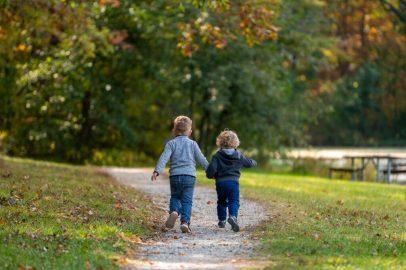 Faire des jeux et des activités en extérieur avec les enfants.