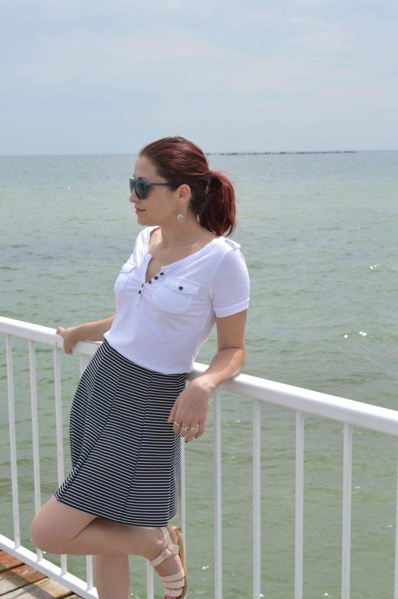 Un tricou alb și un val care se sparge de țărm - OOTD