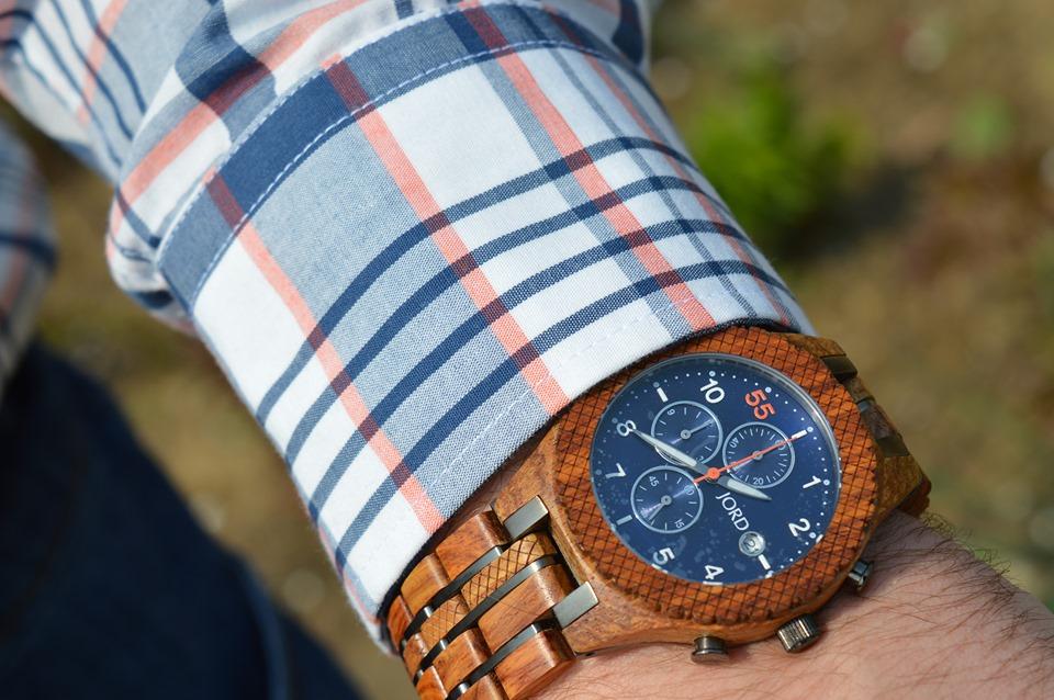 Un ceas din lemn Jord poate fi cadoul perfect