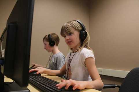 CONNECTION PHOTO: KELSEY O'HALLORAN - Bridlemile Elementary third-grader Edie King, right, enjoys playing Minecraft with friends after school at Fidgets2Widgets.