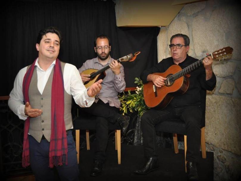 Chanteur de Fado et guitaristes au Santa Fado - Restaurant de Fado - Porto - Portugal