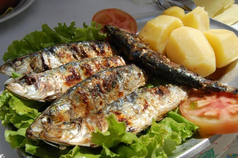 Sardines grillees avec pommes de terre - salade - tomate - Plat traditionnel - Portugal
