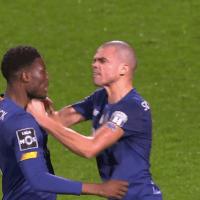 Loum e Pepe têm um desentendimento no final do Farense-FC Porto