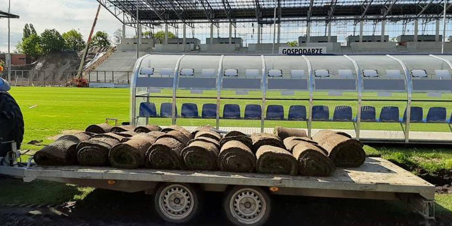 Głos Szczeciński: Pośpiech przy przesuwaniu boiska dla piłkarzy oraz stanowisk dla kamer