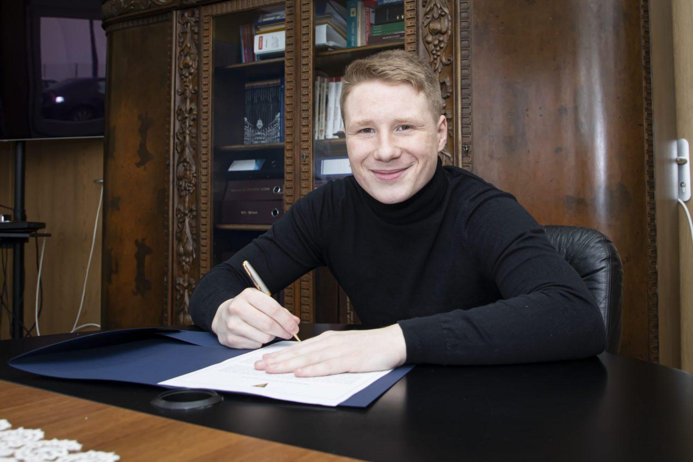 Marcel Wędrychowski na dłużej w Granatowo Bordowych.