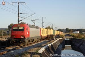 Um comboio de contentores Sines - Bobadela, que percorre por via férrea quase mais 100 quilómetros do que por via rodoviária.