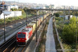 Contentores à chegada à Bobadela - o transporte combinado vence em Portugal mesmo abaixo dos 300 quilómetros