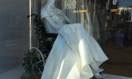 Bridal shop praised for using wheelchair in window display