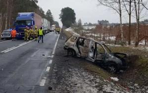 Zderzenie dwóch ciężarówek i dwóch osobówek. Samochód płonął. Ranne dzieci, jedno jest poparzone. W akcji śmigłowiec LPR