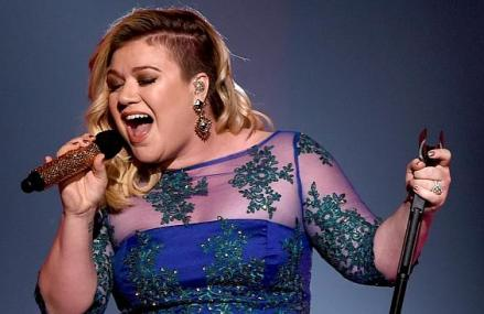 "Kelly Clarkson Covers ""Blank Space,"" On Piece by Piece Tour!"