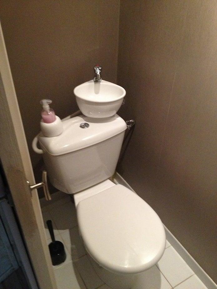 toilettes ont un lavabo