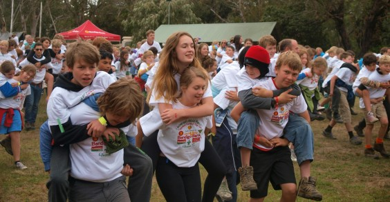 The world's largest piggyback race had HOW many people?