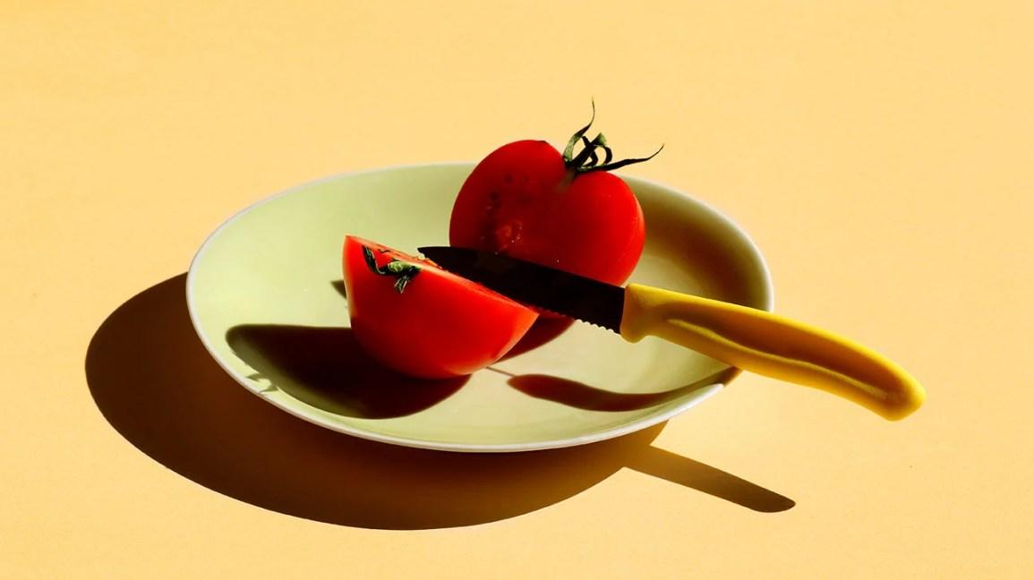 La culture diététique dit que les crises de boulimie sont mauvaises – votre corps dit que c'est la survie tomato cut on plate diet header 1296x728