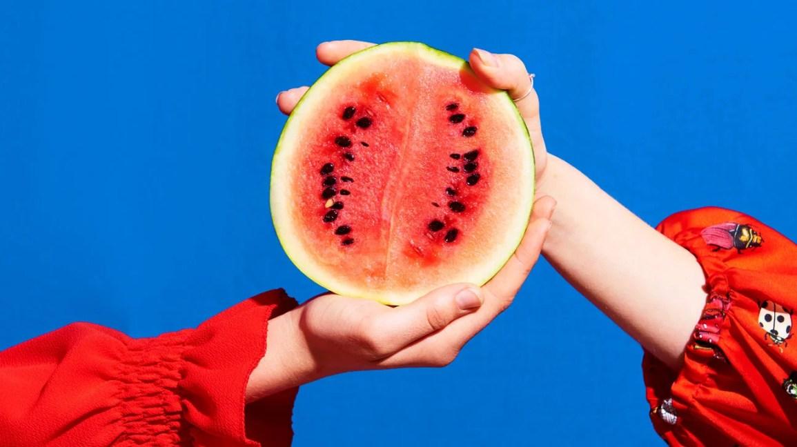 Conseils sur la nutrition, la sécurité et l'alimentation watermelon hands header 1296x728