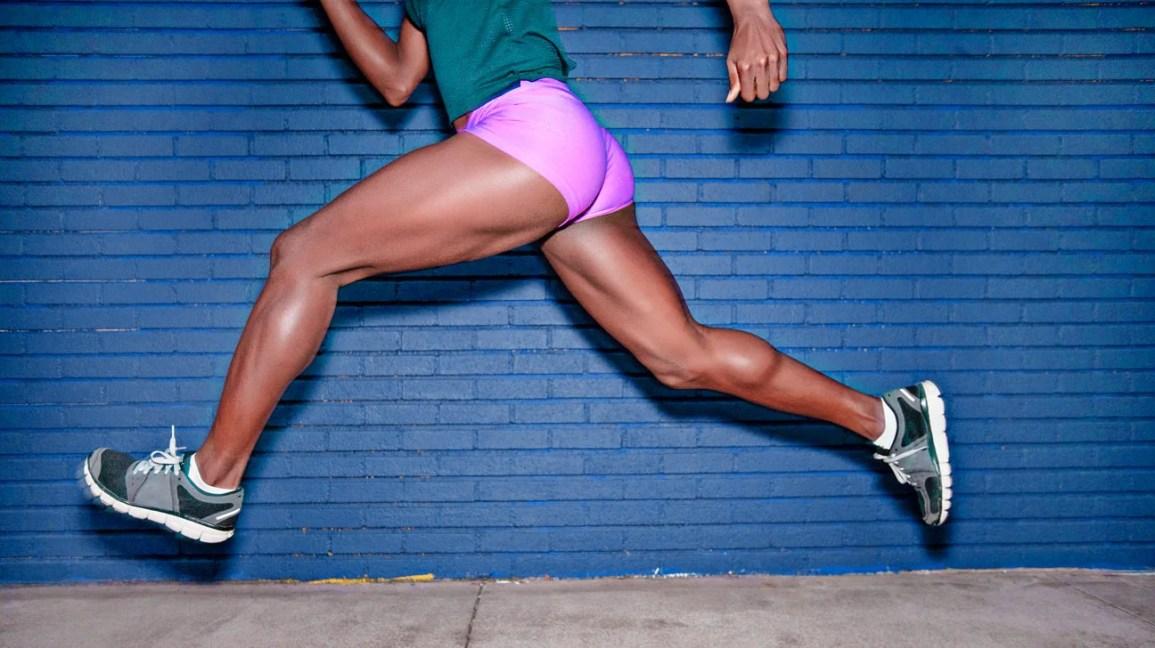 mulher correndo na calçada