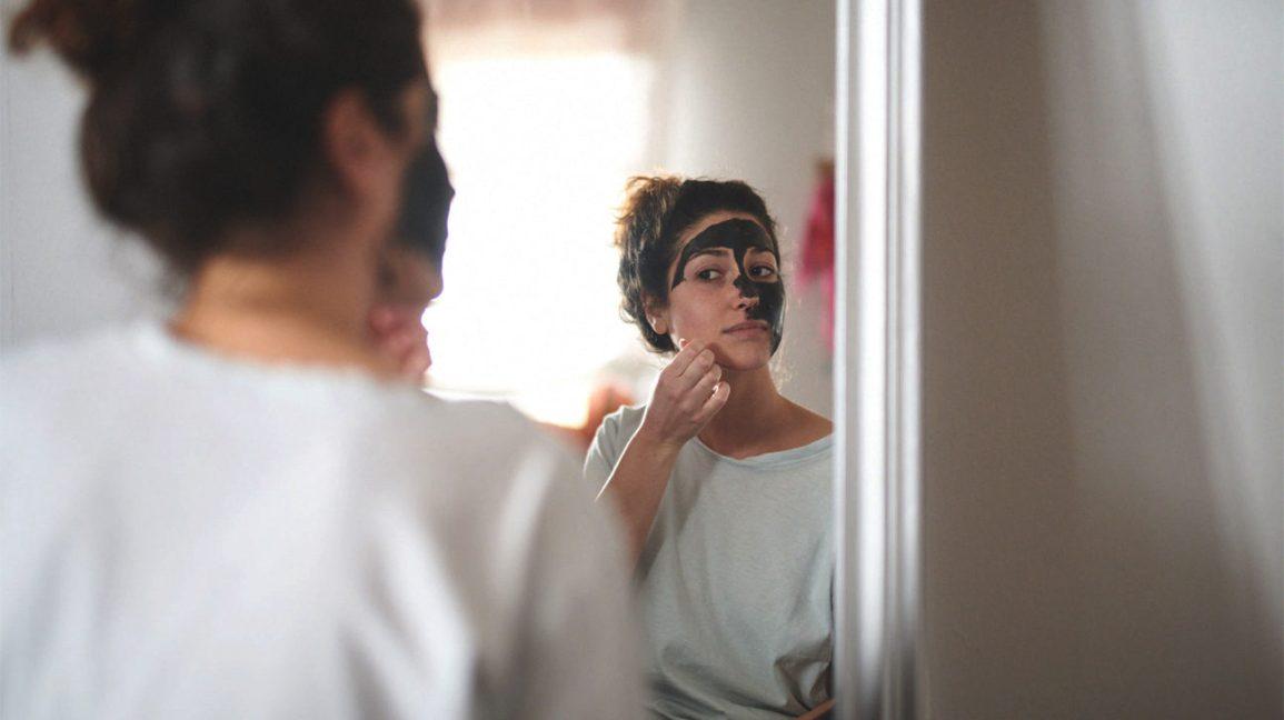 mulher, aplicação, máscara carvão