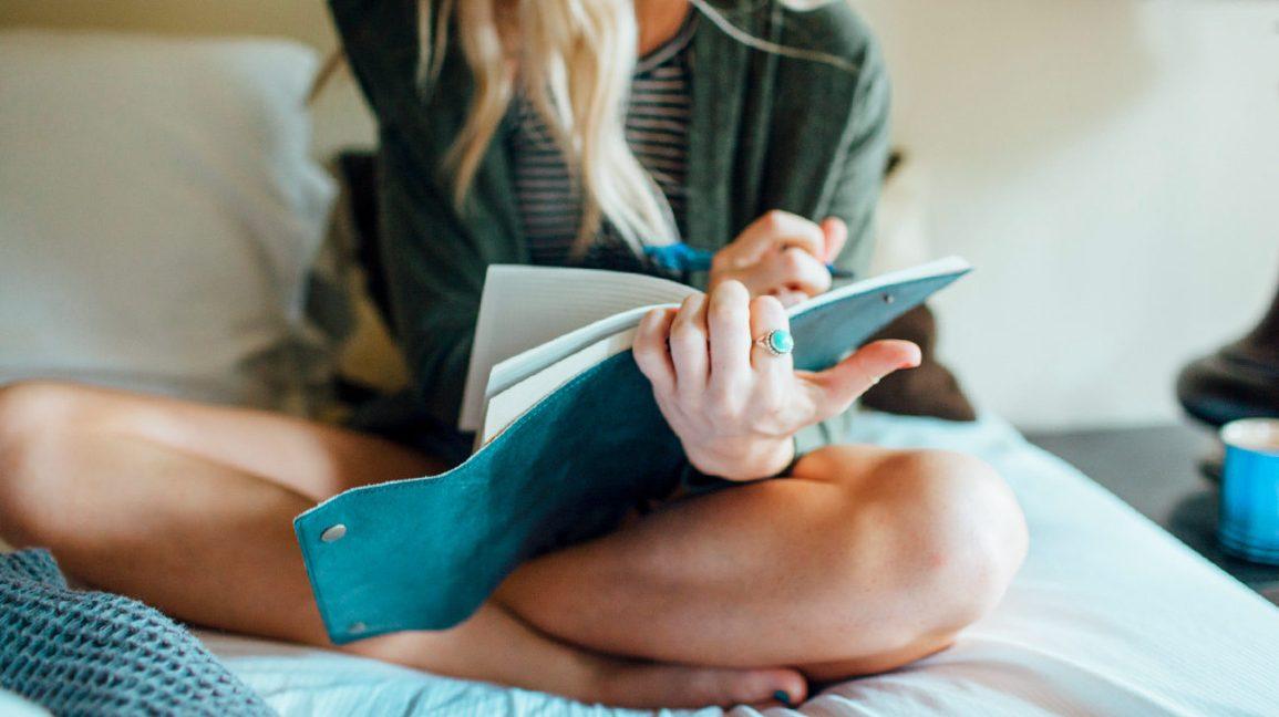 mulher escrevendo no diário