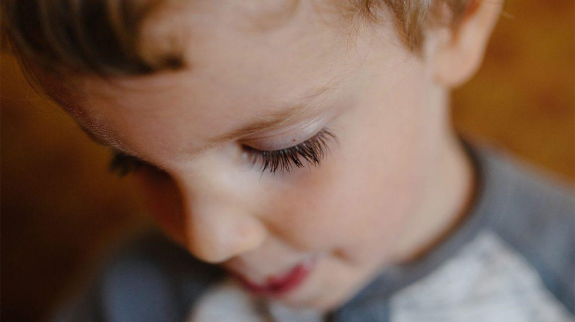 jovem rapaz olhando para baixo