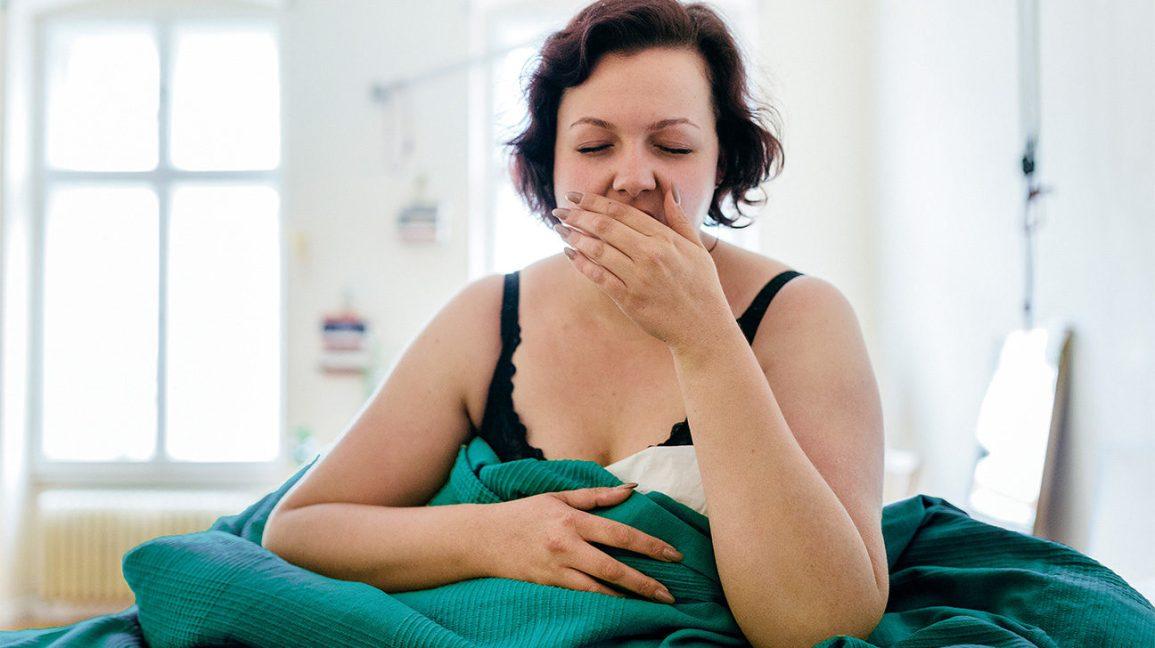Wanita mengalami mual di pagi hari