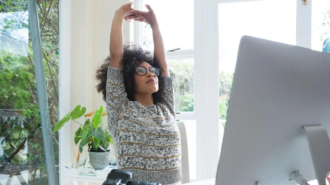 mulher dando um tempo do trabalho para esticar