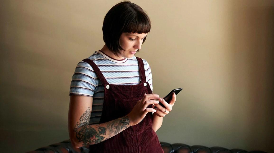 Curvar-se ou curvar-se sobre um computador de telefone pode causar cifose, anteriormente chamada de corcunda da viúva.