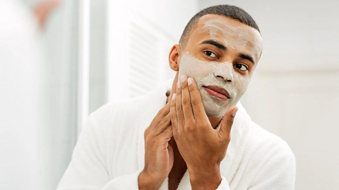 Pria menggunakan masker wajah