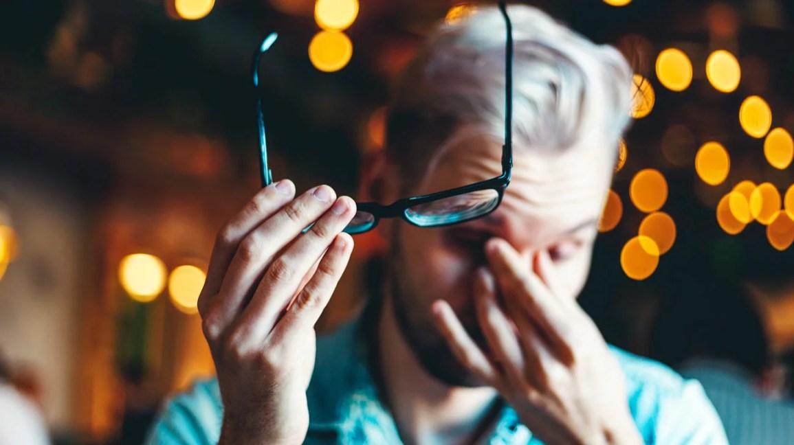 Penglihatan kabur yang tiba-tiba dapat disebabkan oleh ketegangan mata atau dapat menjadi tanda dari kejadian medis yang serius.