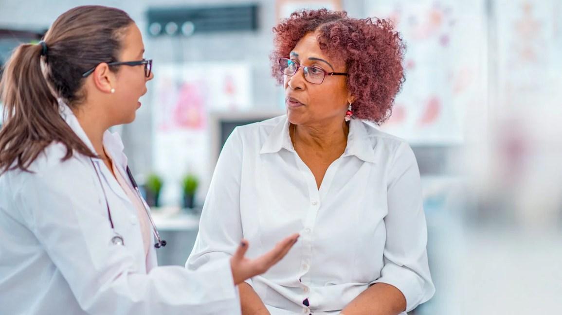 Pessoa que consulta doutor sobre câncer de mama